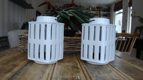 Witte lantaarns. / White lanterns.
