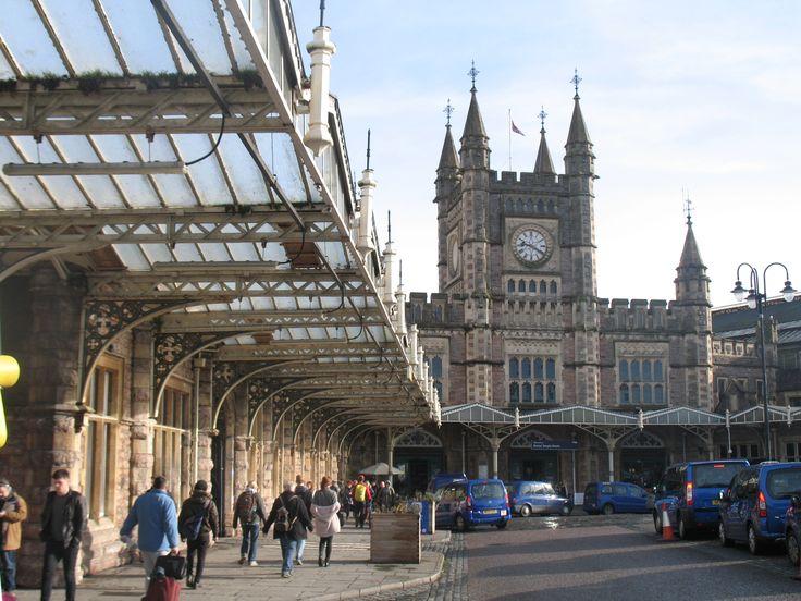 En wil je Bristol verlaten voor bijvoorbeeld een dag naar het monumentale Bath of Salisbury en van daruit verder naar Stonehenge? Dan begint jouw reis hier op het prachtige station van Temple Meads uit 1840. Begonnen als westelijk eindstation van de Great Western Railway uit London Paddington. De railway (én Temple Meads) was het eerste ontwerp van de alleskunner Isambard Kingdom Brunel (hij ontwierp o.a. ook de Clifton Suspension Bridge en SS Great Britain).