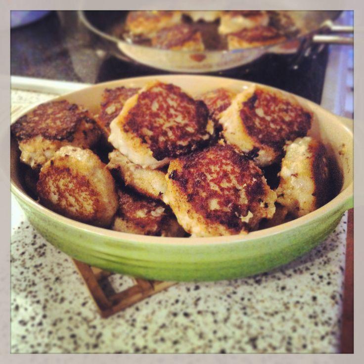 Hjemmelavede fiskefrikadeller med bacon. http://go.tv2.dk/opskrifter/article.php?id=530476. Super gode :)