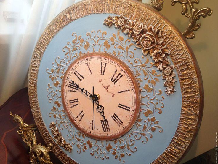 Купить или заказать Часы настенные по мотивам Благородная классика в голубом в интернет-магазине на Ярмарке Мастеров. Часы настенные, объемное декорирование, объемные розы, золочение, состаривание. Часы делались на заказ в конкретном цвете (голубые), подберу любой цвет. Часы авторские, розы ручной работы, толщина часов 1,8 см. на задней стенке углубление под механизм для плотного прилегания часов к стене, подвес. Настенные авторские часы ручн…