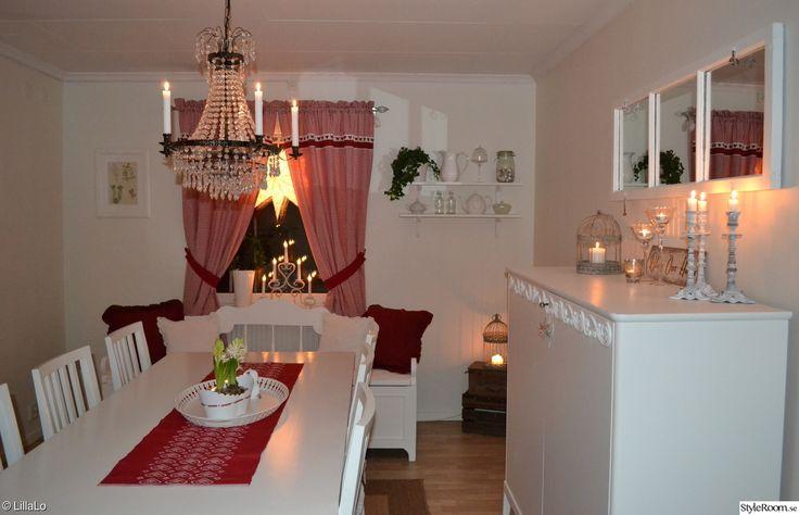 adventsstjärna,adventsljusstake,hyacinter,takkrona,linneskåp,spegelfönster,ljus,julgardiner,julduk,kuddar,kökssoffa,rött,vitt,matsalsbord,jul