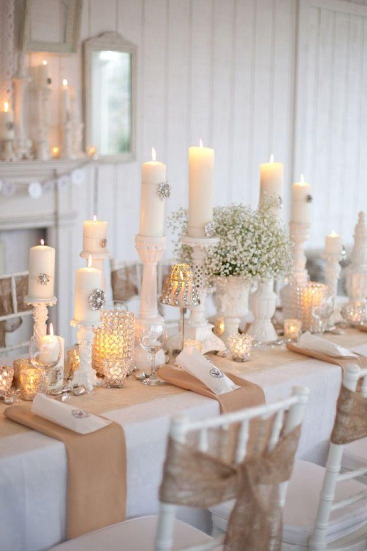 déco de table mariage en hiver - bougies cylindriques blanches, bouquet de gypsophiles et nœuds en dentelle