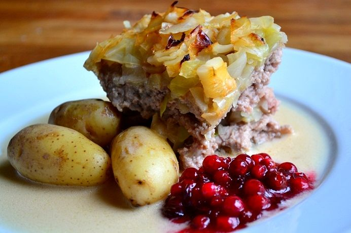 Kålpudding med gräddsås & rå rörda lingon (Swedish cabbage/mince pudding with cream sauce and lingon)
