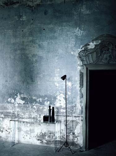 ELISA OSSINO. Distressed painted plaster and an almost invisible modern glass table ^_^