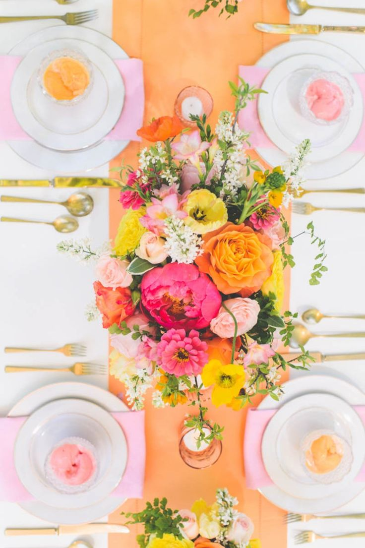 Pretty spring wedding table decor ideas | Peach Pastel table styling