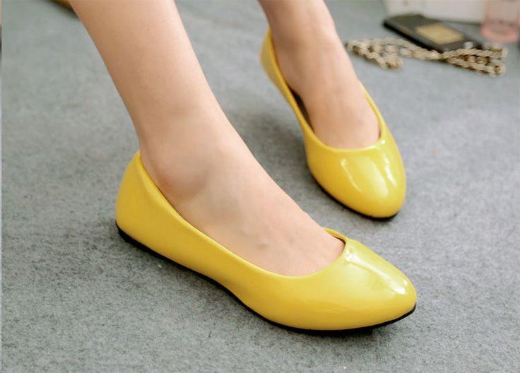 Rugan Ayakkabılar Nasıl Kombinlenir? Gardıroplarımızın vazgeçilmezi rugan ayakkabılar, gösterişli ama bir o kadar da nazlı parçalardır. Ruganlar, her model kombinimizle uyum sağlayan klasik bir slopete benzemiyor maalesef. Kullanımı bazı incelikler istiyor.