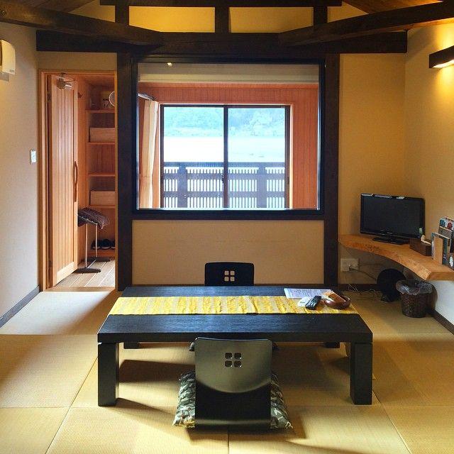 みなさんはあの人気観光地・京都に日本のベネチアなる町が存在していたことをご存知ですか?その町とは、日本では珍しい水に浮かぶ不思議な町「伊根の舟屋」。今回はそんなユニークな町「伊根の舟屋」を詳しくご紹介!