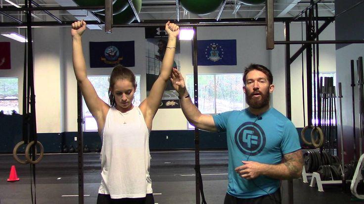 Músculo :Trapecio Equipo :Barra  Guía para realizar el Pull Up Escapular Toma la barra con un agarre pronado más ancho que los hombros. Mientra estas sostenido, con tus pies guindando en el aire, levántate a ti mismo unos centímetros usando tus brazos. Sin mover los brazos ni flexionar los codos. Haz una pausa al