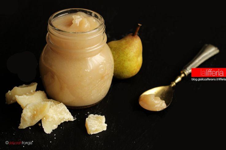 La confettura di pere e peperoncino è una preparazione semplice, perfetta per accompagnare i formaggi stagionati, in una incredibile complicità di sapori.