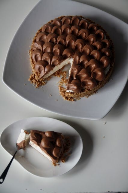 Cheesecake al mascarpone e Ferrero Rocher.  Ingredients for the base: 150g of dry biscuits, 4 Ferrero Rocher, 75gr of melted butter.   Ingredients for the filling: 225gr of mascarpone cheese, 50g of sugar, 1 tsp vanilla extract, 250ml of whipping cream, 4 Ferrero Rocher.  Ingredients for the topping: 100g of dark chocolate 56% cocoa, 250ml of fresh cream.  use google translator for english directions