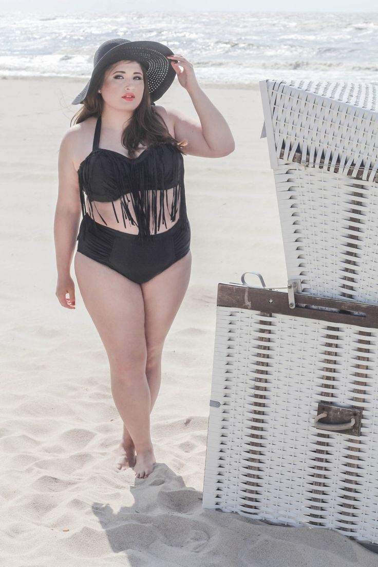 Curvy Girl in Bikini at the Beach, Plus Size Frau im Bikini am Strand
