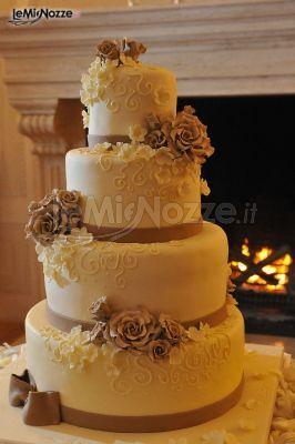 http://www.lemienozze.it/gallerie/torte-nuziali-foto/img31280.html Torta nuziale multipiano con rose applicate