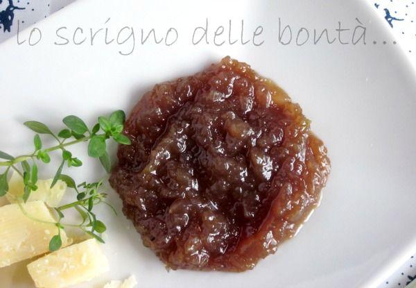la mostarda di cipolle rosse di tropea è una salsa agrodolce perfetta per accompagnare carni rosse bollite oppure formaggi più o meno stagionati.