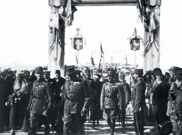 Yunan işgal kuvvetleri törenle İzmir'e çıkarken. (1919)