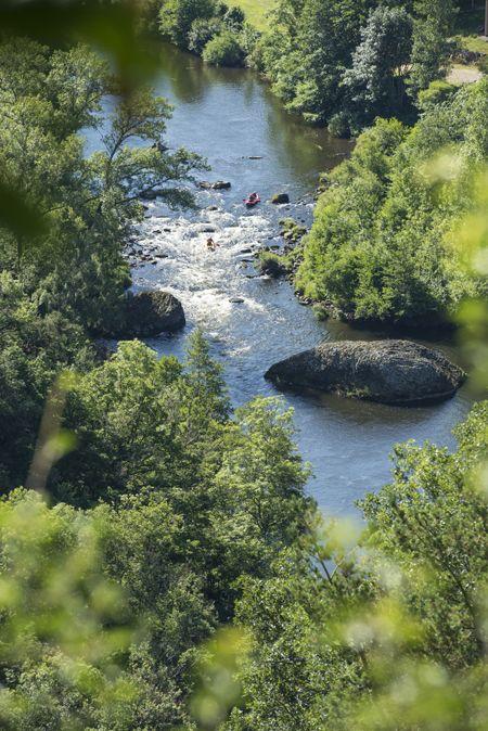 Rafting et Canoë dans les Gorges de l'Allier #Canoe #Rafting #GorgesdelAllier #HautAllier #HauteLoire #Auvergne © L. OLIVIER / Maison du Tourisme Haute-Loire