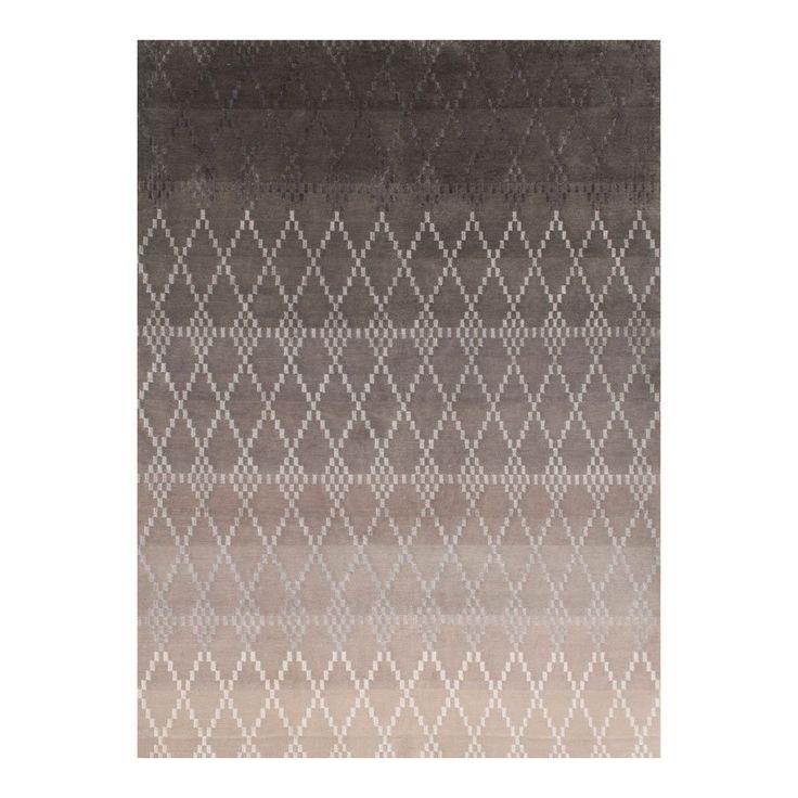 Misty, handknuten matta från Linie Design. Misty tonar från ljust till mörkt och har ett vackert grafiskt mönster.Misty är en del av Linie Designs kollektionSelected. Selected är en exklusiv kollektion med nordisk design som ledstjärna - strömlinjeformad och enkel men samtidigt lekfull och full av kontraster. Alla mattor är gjorda för hand av vuxna indiska vävare som arbetar under säkra förhållanden. Linie Design engagerar sig även för barnen i produktionsområdet. Linie Design har en egen…