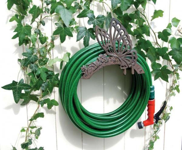 Öntöttvas, pillangó mintás, falra rögzíthetõ locsolótömlő tartó, amely megkönnyíti a tömlő tárolását, használatát, ezzel jelentősen megkönnyítve a kertészkedést kedvelők munkáját.