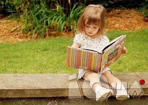 Читаем первые слова. Выучить буквы проще, чем складывать их в слова. Если вы не знакомы с методикой Зайцева и предпочитаете классические методы обучения чтению, начинайте с коротких слов. Но просто читать скучно - давайте в слова играть!