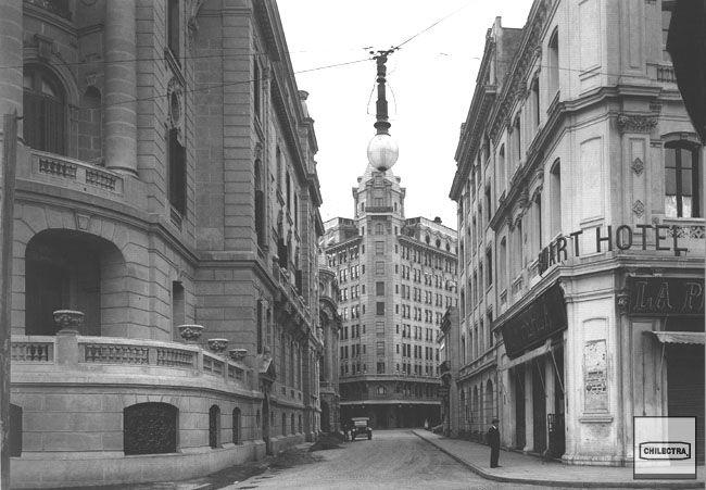 Calle Nueva York con Almeda, nuevas bombillas eléctricas de alumbrado público. Mayo 17 de 1925. Archivo Fotográfico CHILECTRA