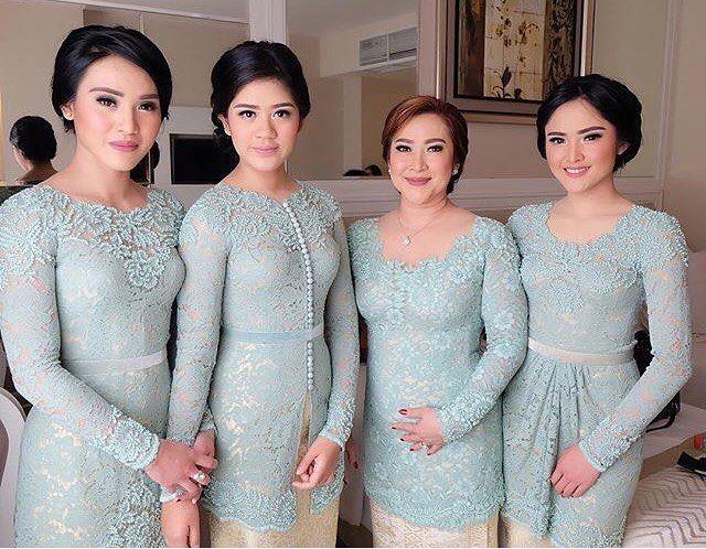 @juliairianto's beautiful family in @barliasmara. Regram from @olisherawati #kebayainspiration #kebaya #Indonesia