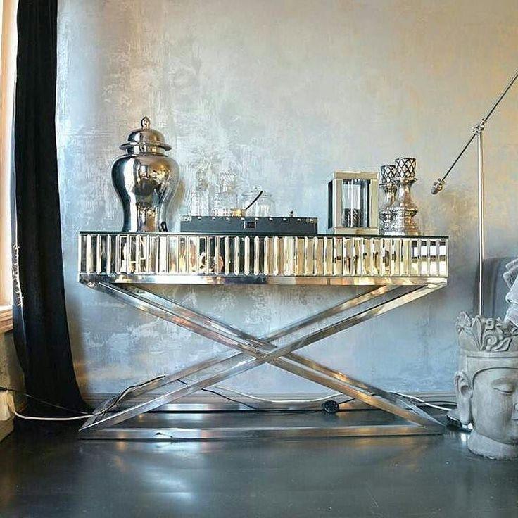 Stilfullt hos @heitmans_home #siennakonsollbord fra @classicliving #glam #livingroom #steele #myhome #inredningsinspo #interiordecor #inredning #homeinterior #homedecor #interiordesign #interiør #intetiors #interior #glamfurniture #mirroreddetails #speilmøbler #decoracao #sittingroom #sittingroomdetails #stue #minstue #classicliving #konsollbord