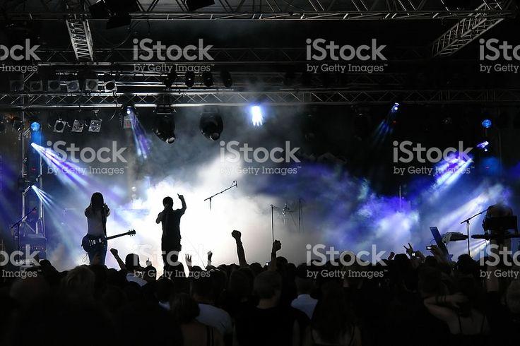 Multidão de concerto, com vista para as luzes e nevoeiro roxo foto royalty-free