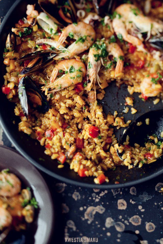 Paella z owocami morza i papryką