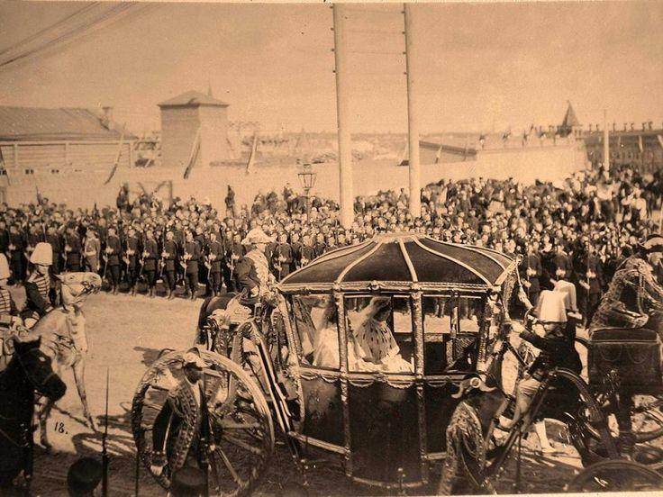 Conformément à l'étiquette royale, l'empereur et les invités de haut rang firent leur entrée solennelle depuis le palais Petrovski, situé sur la route de Pétersbourg, avant de longer les rues Tverskaïa-Iamskaïa et Tverskaïa. Sur la photo : Le char de couronnement de l'impératrice Alexandra Fiodorovna.