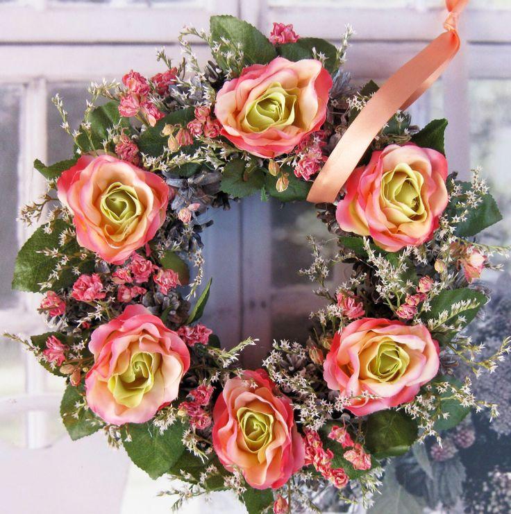 Jablůňka Romantický věneček z látkových a sušených květin, průměr29 cm.