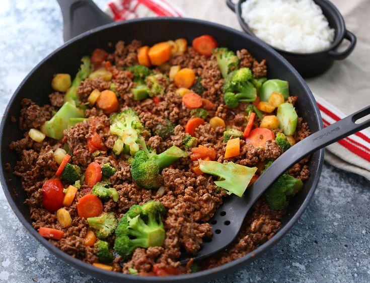 Pannerett med ris   Sunnere Livsstil Oppskrift: (2-3 porsjoner) 600 g karbonadedeig 1 boks hakkede tomater 1/3 finhakket løk 3 ss ketchup u/sukker (eller tomatpuré) 2 ts spisskummen, 1 ts paprikapulver, 1 ts hvitløkspulver, salt og pepper 1 brokkoli i mindre buketter 2-3 gulrøtter i skiver 3-4 cherrytomater delt i to 1 pose ris (som tilbehør)