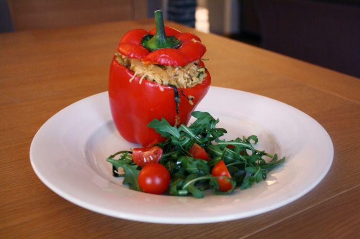 Gevulde paprika is er in vele varianten. Ik vul paprika's meestal met een gehaktmengsel, maar dit kan soms erg machtig zijn. Dit recept van een gevulde paprika met kip, rijst, prei en rucola is lichter op de maag, en erg smakelijk! Gevulde paprika Bereidingstijd 25 minuten en 25 minuten oventijd Ingrediënten voor 4 personen: 4... LEES MEER...