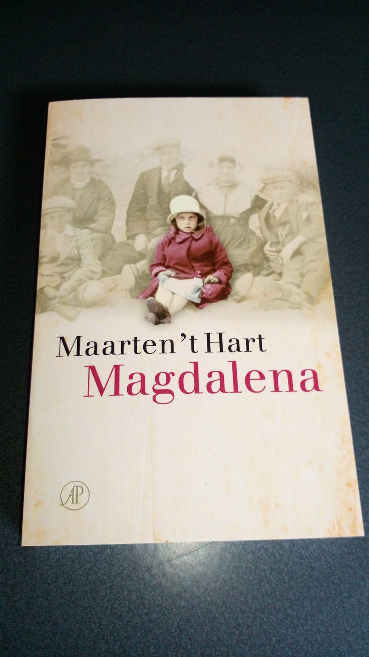 17/53 Maarten 't Hart hield zich aan het verzoek van zijn moeder niet over haar te schrijven zolang ze leefde. In Magdalena blijkt de 'godloochenaar' zielsveel te houden van zijn eigenaardige moeder met haar kinderlijk geloof, ook al knuffelde ze hem nooit en noemde ze hem altijd 'varkenbeest'.