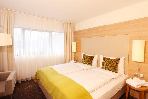 Blick in eines der Hotelzimmer / View into one of the hotel rooms | H+ Hotel Salzburg