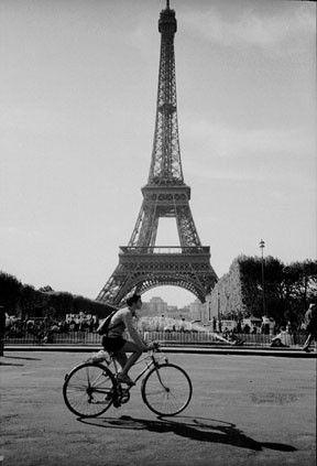À ADOPTER POUR SATISFAIRE AUX DESIDERATA DE LA VERTUEUSE MÈRE...Henri Cartier Bresson, Paris, la tour Eiffel