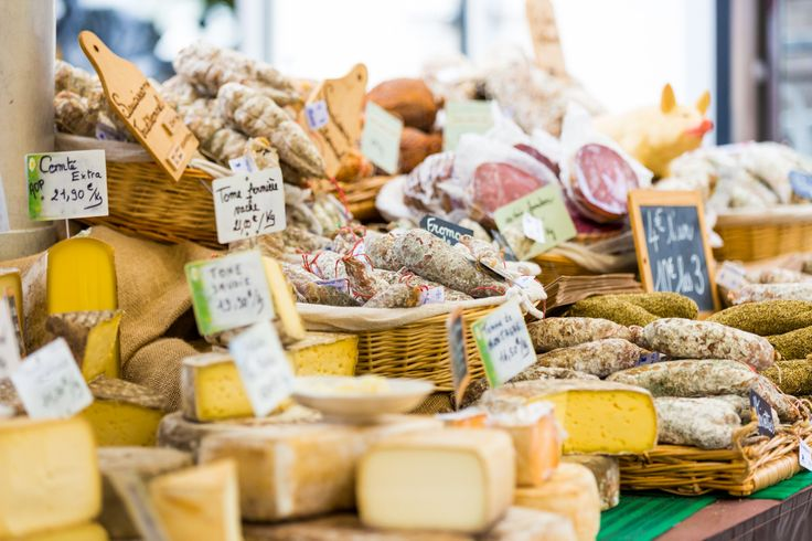 Een overvloed aan Franse lekkernijen op de markt in Castellane.   Trek in meer? Ga naar http://autovakanties.sunweb.nl/frankrijk/provence/castellane voor meer informatie