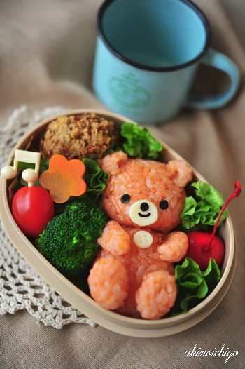 Teddy bento.  I wonder what she used to dye the rice.  If you can read Japanese -- please let me know! ;)