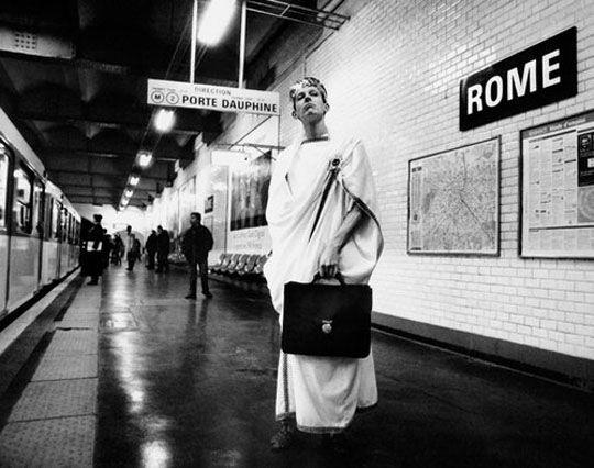 Rome - Mises en scènes du nom des stations du métro de Paris - Le photographe Janol Apin a photographié les stations de métro parisiennes dans les années 90 en mettant en scène leurs noms.