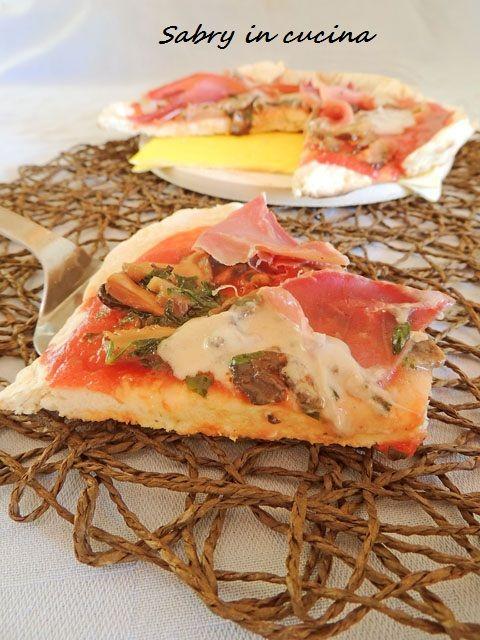 Pizza in padella speck e crema di funghi, ricetta per la pizza in padella senza lievitazione, come fare la pizza in padella, ricetta Sabry in cucina