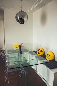 Boa ideia os armários usados como bancos na área da mesa de jantar