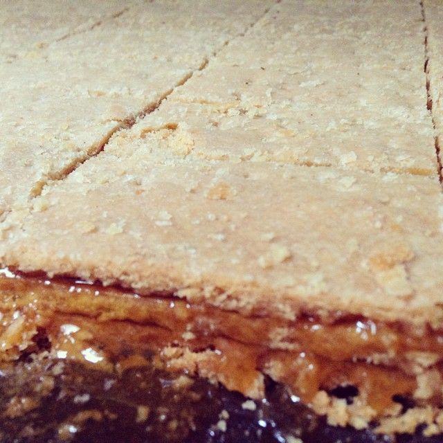 """El """"chumbeque"""" es un dulce tradicional de Iquique. Es una masa hecha en base a agua, harina y aceite. La marca más popular y que ha trascendido en el tiempo, es la fábrica M.Koo, la cual ofrece una variedad presentaciones y sabores: el tradicional limón de pica, mango, guayaba, maracuyá, manjar, chocolate, papaya, entre otros. Si vienes a Iquique no dudes en llevar este artesanal dulce de sabor inolvidable."""