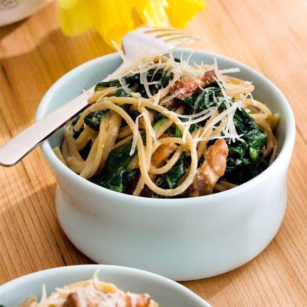 Spaghetti carbonara med spinat. Smagen i denne italienske klassiker er helt i top.
