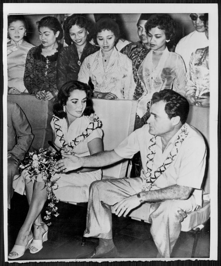 1957 ELIZABETH TAYLOR Mike Todd greeted in Singapore Press Photo