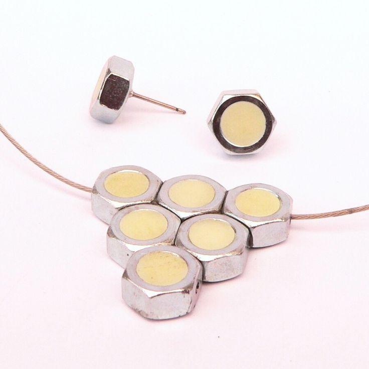 Matičková sada náhrdelník +náušnice(ve tmě svítí!) Minimalistické náušnice a náhrdelník, jejichž zajímavostí je, že středy matiček jsou ze speciálního Fima, které ve tmě jasně svítí zeleně. Velikost náušnic je cca 1cm. Náhrdelník má zapínání na karabinu. Vzadu náušnic je připevněna puzetka, náušnice dodávám se silikonovou zarážkou nebo klasickým ...