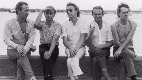 Команда Men at Work родом из Австралии. Состав: Колин Хэй - вокал, гитара; Рон Стрикет - гитара, вокал; Джерри Спейсер - барабаны, вокал; Грег Хэм - саксофон, флейта, клавишные, вокал; Джон Рис - бас, вокал; Рассел Деппелер - менеджмент.