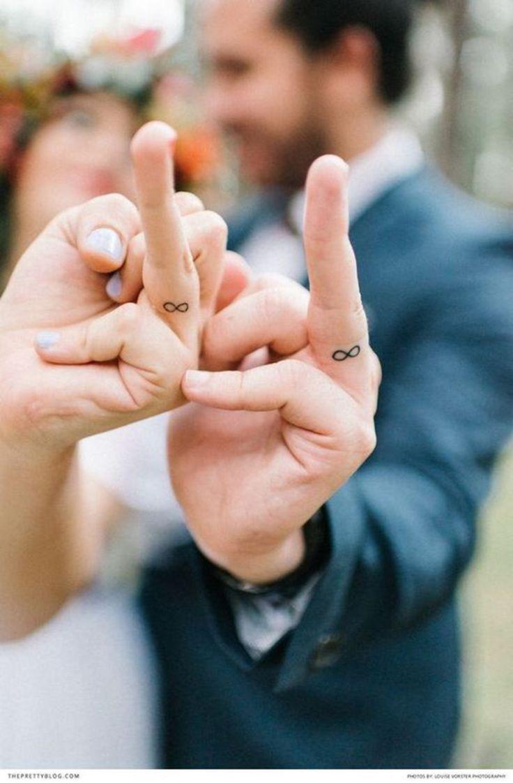 tatuajes de parejas, símbolo de eternidad en el dedo, tatuaje discreto, símbolo de amor