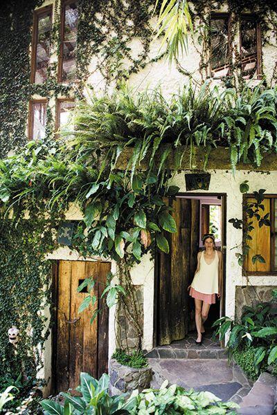 Amo la vida en verde!  Tengo certeza que un día voy a vivir en un lugar parecido a este! :)  Photo by Rush Jagoe