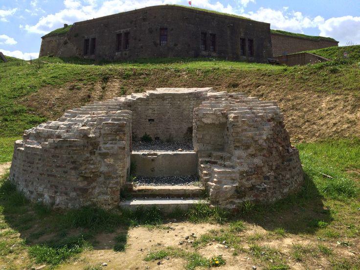 Op de voorgrond oude waterput. Achtergrond het fort.