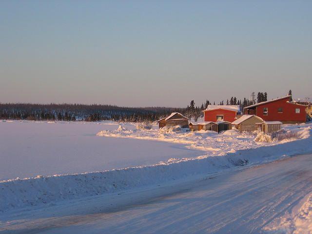 Le New York Times consacre un long reportage au grand lac de l'Ours. Ce dernier lac arctique vierge fait partie intégrante de la culture et de l'identité du peuple des Sahtuto'ine, véritables gardiens de cet espace. Il fait l'objet de nombreuses croyances, plaçant sa préservation au cœur des priorités.