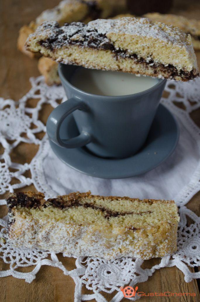 Biscotti alla crema di nocciole e cioccolato fondente sono dei gustosi biscotti ripieni. Deliziosi inzuppati nel latte a colazione o a merenda.