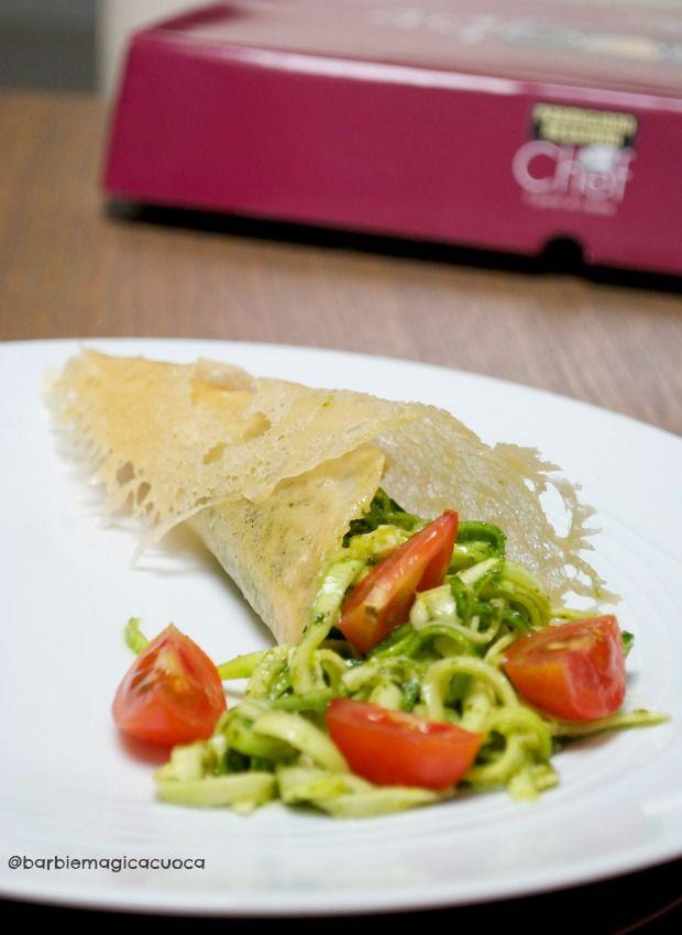 cornucopia di parmigiano reggiano con noodles di zucchine al pesto e pomodorini